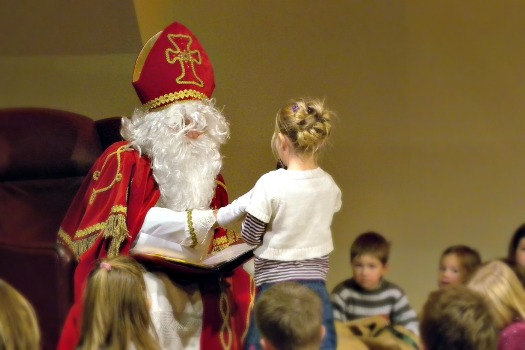 A young girl reads a poem to Nikolaus. Photo by weisserstier