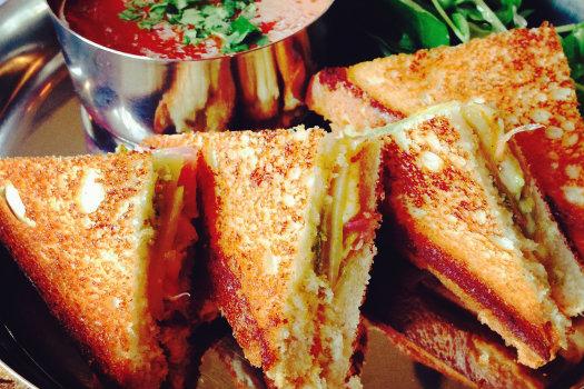 Bombay Sandwich © SharonaGott/Flickr (https://www.flickr.com/photos/gottshar/14128775080/in/photolist-o4GN7N-bmpRu1-a383zt-4WRkQL-4hoA6i-4D2Le9-5vFosY-nQkUiX-nwvEAm-fv3un-7DS7jj-dpLEpY-dpLEr7-7DS7ds)