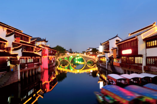 Qibao Ancient Town © zorazhuang/iStcok/Thinkstock (http://www.thinkstockphotos.co.uk/image/stock-photo-chinese-ancient-town-in-night/160312405)