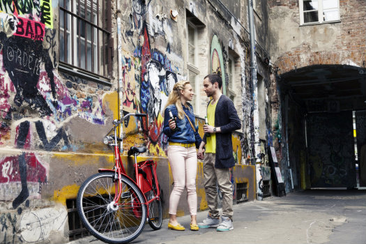 Berlin © Jupiterimages/iStock/Thinkstock (http://www.thinkstockphotos.co.uk/image/stock-photo-young-couple-with-beers-and-bicycle-in/166158289/)