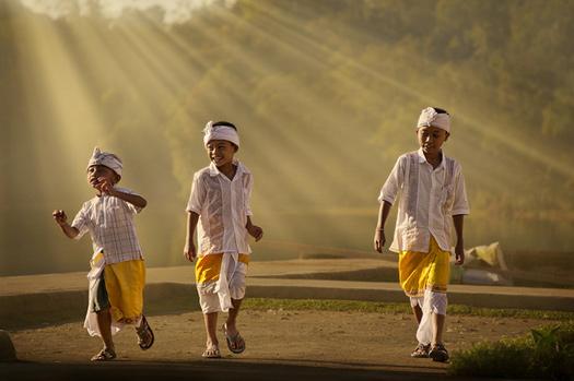 Children on their way to Ulun Danu Temple, Lake Bratan, Bali. Photo: alex hanoko