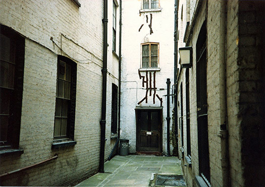 """If the Sweeney Todd story is true, all the goriness happened here... """"Hen and Chickens Court"""" off Fleet Street. Photo: Pip R. Lagenta"""