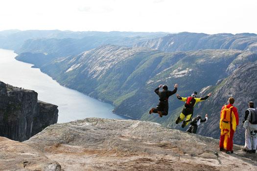 BASE Jumping © Hakon Thingstad/flickr (https://www.flickr.com/photos/hakonthingstad/2781438329
